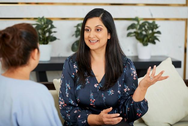 Позитивная бизнес-леди проводит интервью