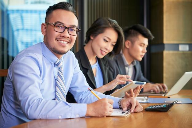 起業家ファイリング文書を笑顔