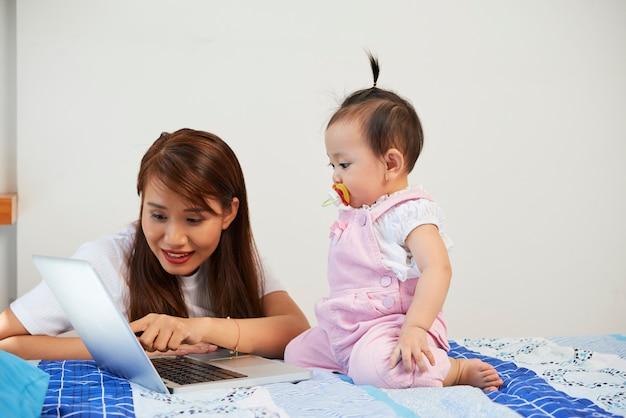 赤ちゃんを教える母親
