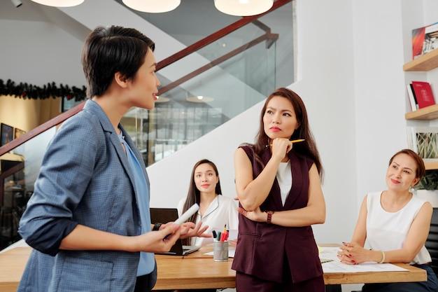 プレゼンテーション中に議論するビジネス人々