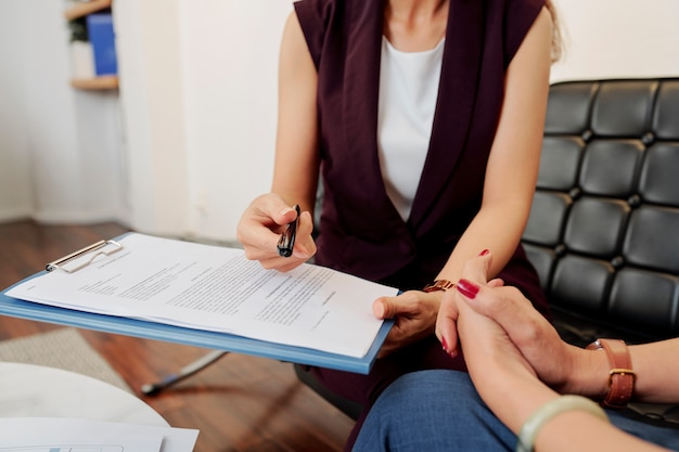 女性の手のビジネス契約