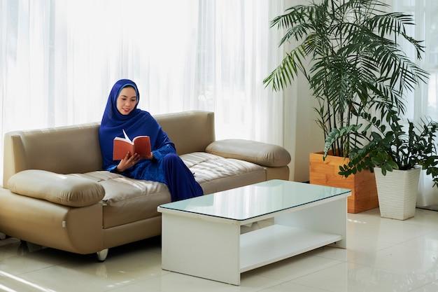 イスラム教徒の女性が自宅で安静時