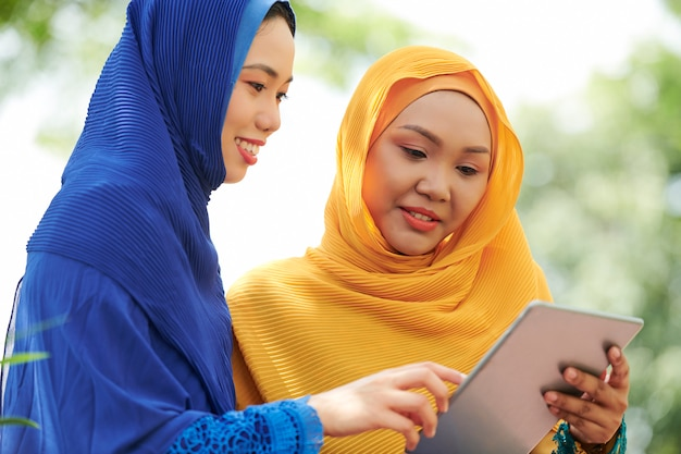 デジタルタブレットとヒジャーブの女性
