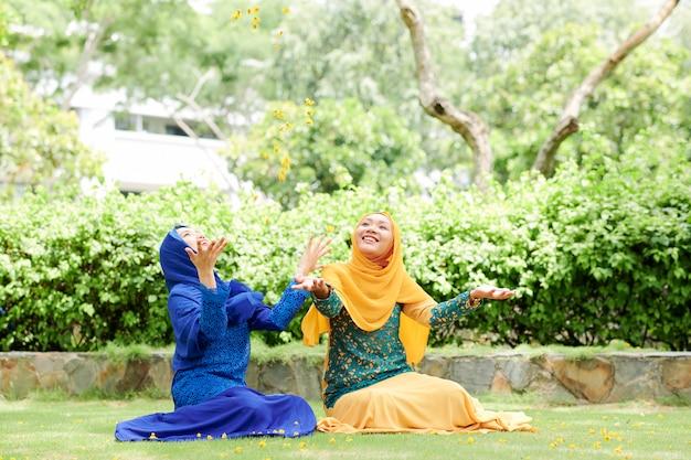 花びらで遊ぶイスラム教徒の女性