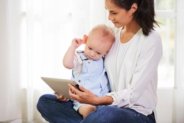 赤ちゃんに母親を示す漫画