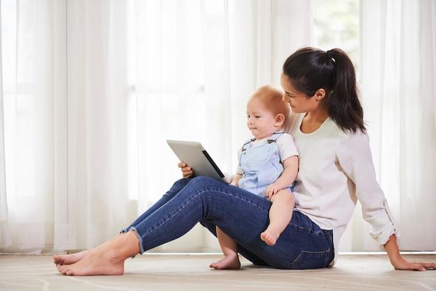 母と息子のデジタルタブレットで休憩