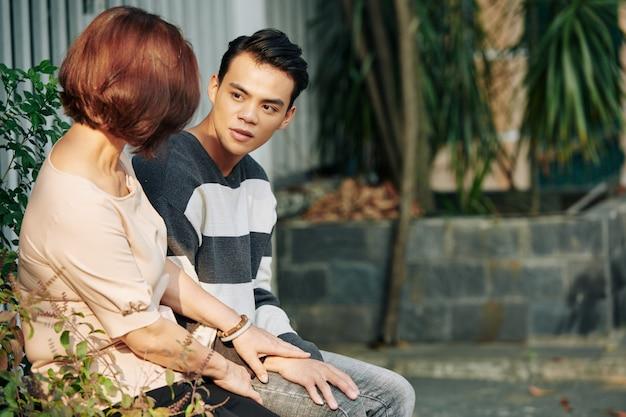 深刻な母と息子の話