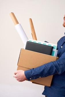 Уволенный человек с картонной коробкой