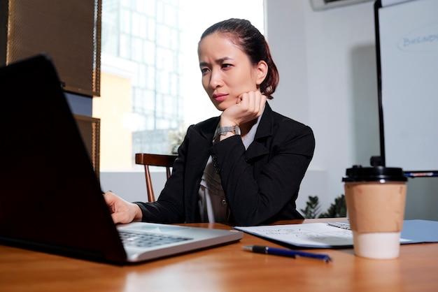 電子メールを読んで渋面の実業家