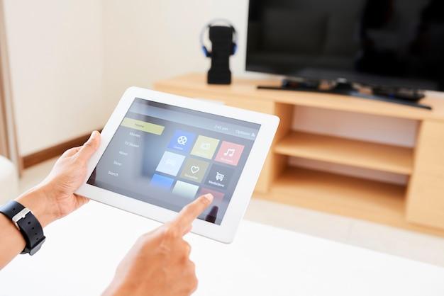 オンラインアプリケーションを使用してテレビを見ている女性