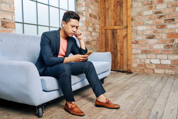悪いニュースを読んで若い起業家