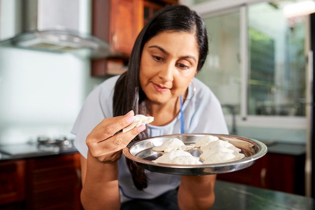 ラビオリの料理を楽しむ女性