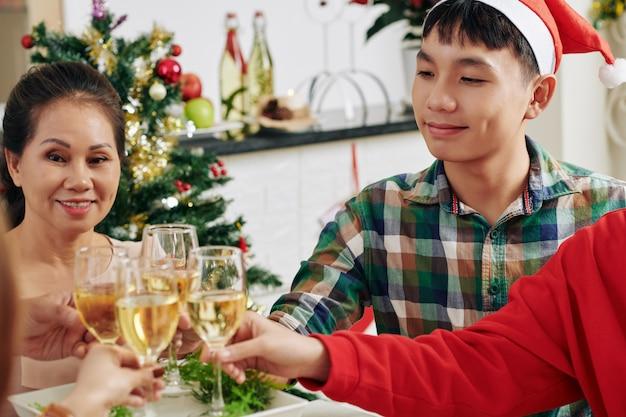 Семья празднует рождество
