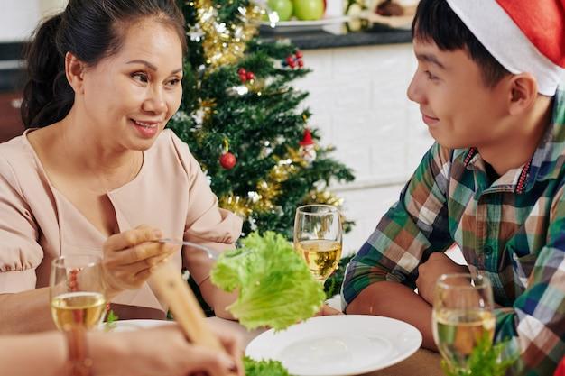 Люди разговаривают на рождественском ужине