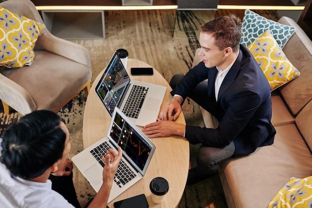 Бизнесмены анализируют инвестиционную стратегию
