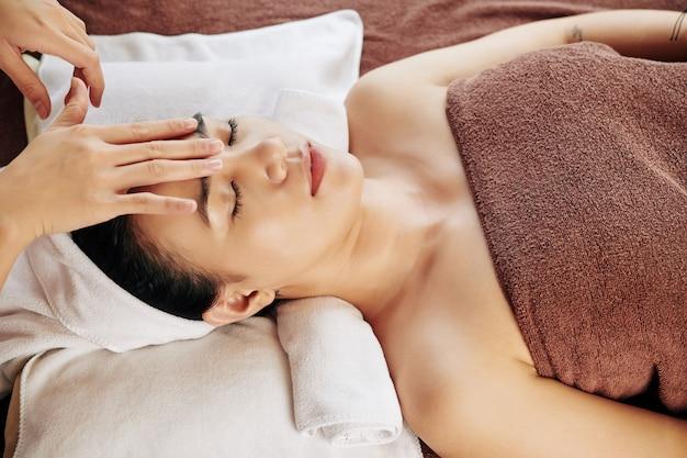 Расслабляющий массаж лица