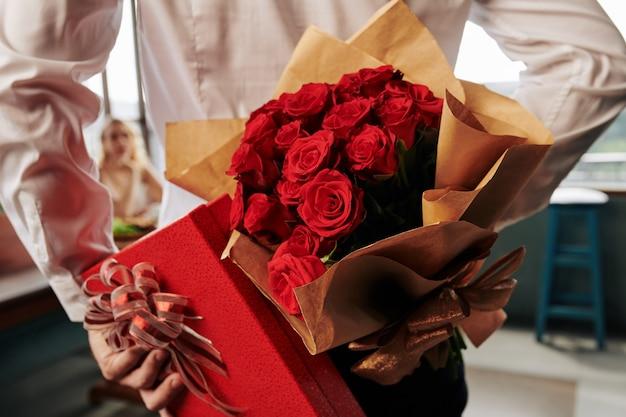 Красные розы и романтический подарок