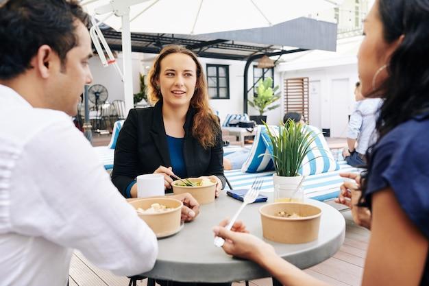 Бизнес-леди с обедом с коллегами