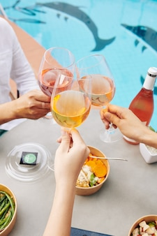 Люди пьют вино на обед
