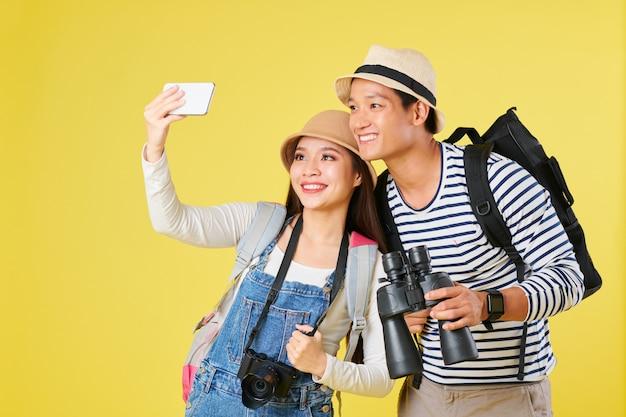 Туристы, делающие селфи на смартфоне