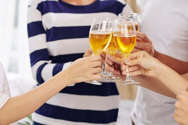 Люди тостов с бокалами для шампанского