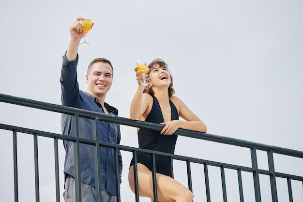 Счастливая пара, пить фруктовые коктейли на курорте