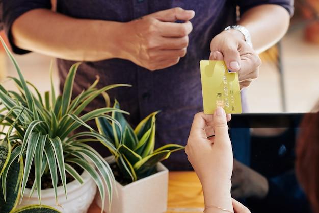 Кассир с кредитной карты