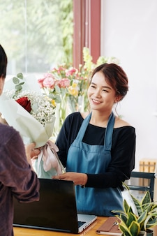 Флорист, продающий букет