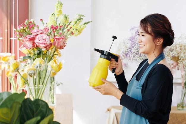 Работник магазина стерилизует свежие цветы