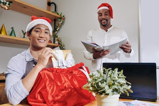 クリスマスイブに陽気なビジネスマン