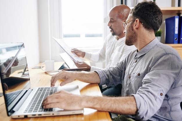 Бизнесмен показывает отчет коллеге