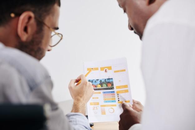 Коллеги обсуждают дизайн мобильного приложения