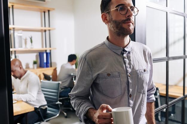 Офис-менеджер покидает кабинет для кофе