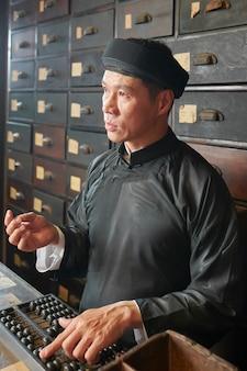 Аптекарь работник с помощью счеты