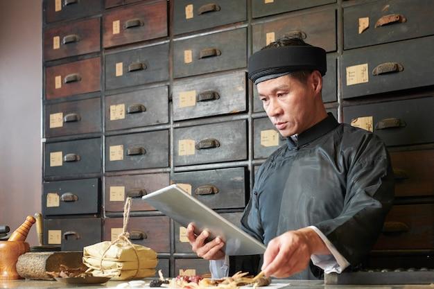 伝統的な開業医がレシピの成分を収集