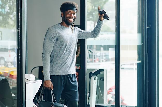Счастливый здоровый человек, выходящий из спортзала