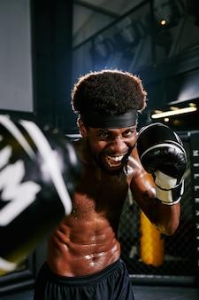 Возбужденный боксер муай тай без рубашки