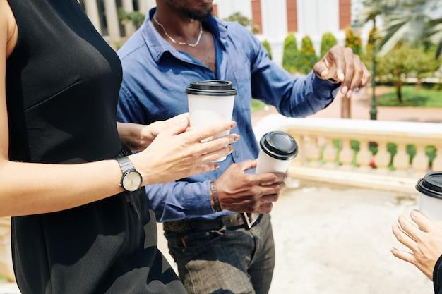 Деловые люди гуляют с кофе на вынос