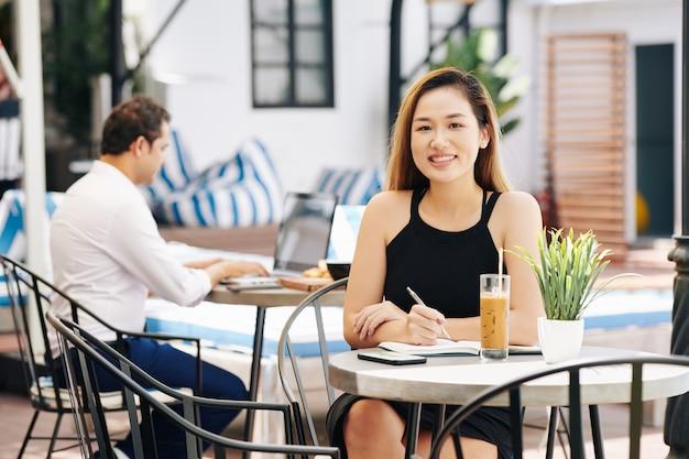Красивая деловая женщина за столом кафе