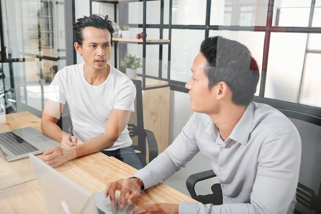 プロジェクトを議論するビジネス人々