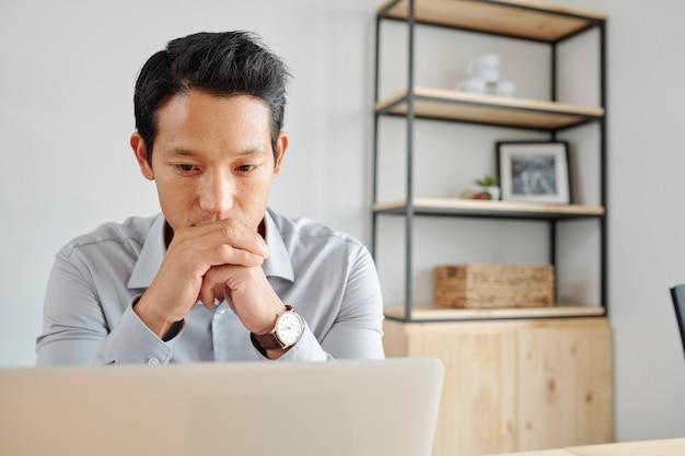 電子メールを読むビジネスマン