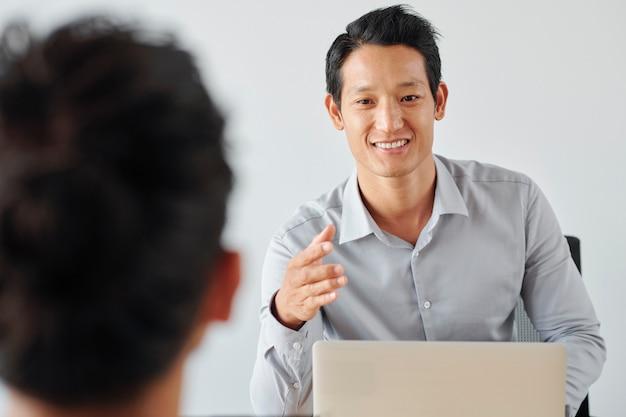 インタビューを行うビジネスマン