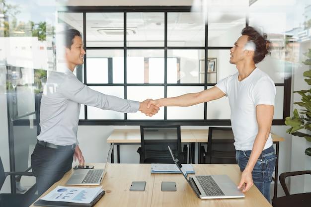 Бизнес коллеги рукопожатие