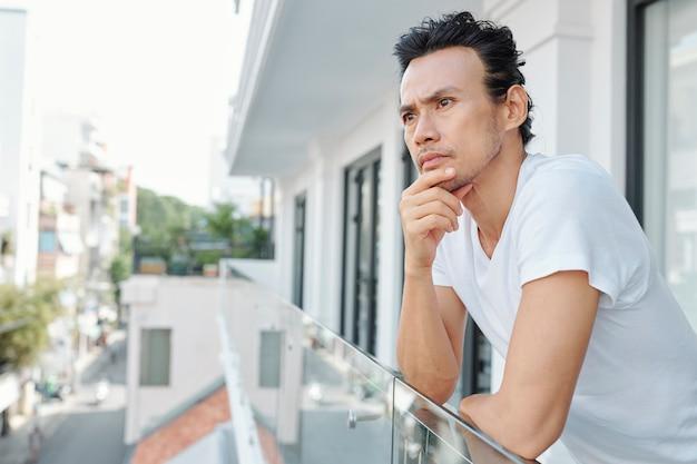 Человек отдыхает на балконе