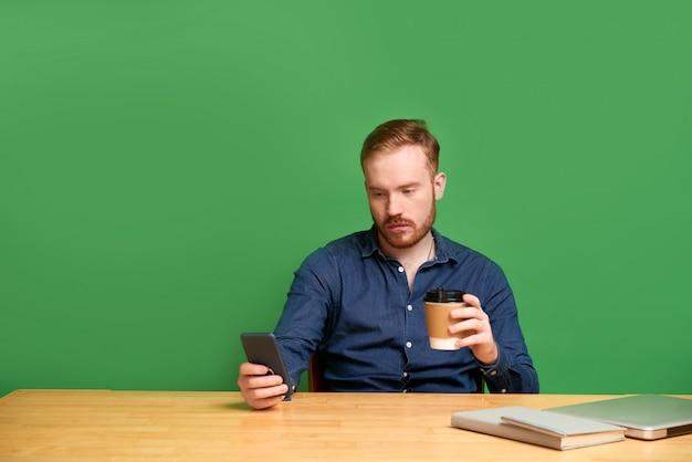 Молодой человек, проверка социальных медиа