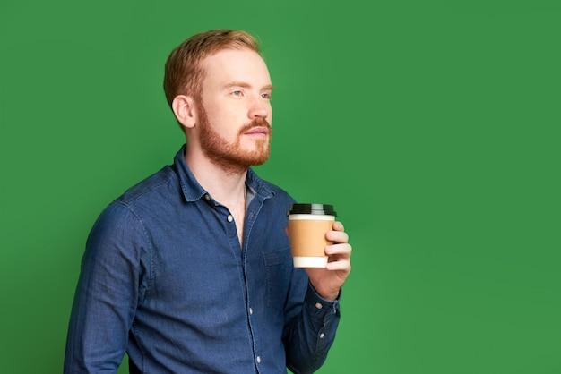 Задумчивый молодой ирландский бизнесмен