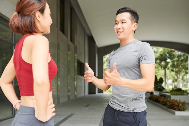 スポーツトレーニングについて話し合う人々