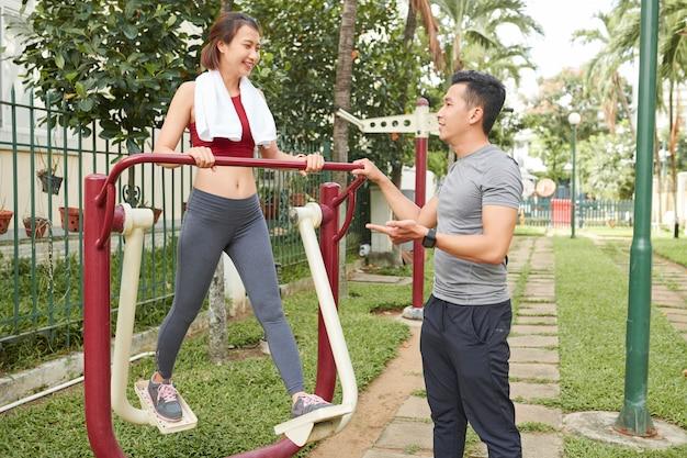 若者が話していると公園で運動