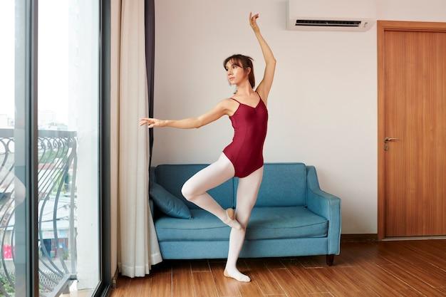 女性バレエダンサー
