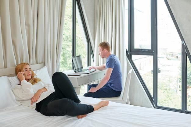 自宅で時間を過ごすカップル
